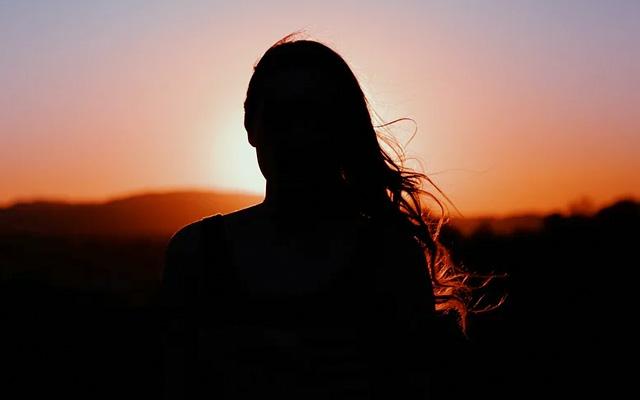 Frau im Sonnenungertang