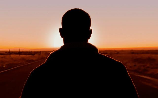 Mann im Sonnenungertang